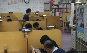ゆったりとした教室で.JPG